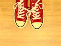 Sapatilhas modernas vermelhas fotografia de stock royalty free