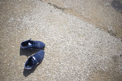 sapatilhas na areia da praia no dia de verão Fotos de Stock Royalty Free