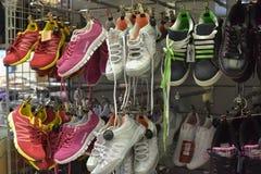 Sapatilhas na loja Foto de Stock