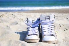 Sapatilhas na praia Foto de Stock