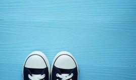 Sapatilhas na tabela de madeira azul foto de stock