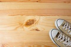 Sapatilhas no fundo de madeira Imagens de Stock