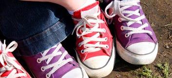 Sapatilhas vermelhas e roxas Foto de Stock Royalty Free