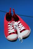 Sapatilhas vermelhas novas na linha de lavagem Imagem de Stock Royalty Free