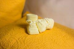 Sapatinhos de lã do amarelo do ` s das crianças Foto de Stock Royalty Free