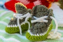 Sapatinhos de lã feitos a mão do bebê imagem de stock royalty free