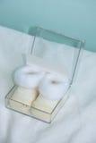 Sapatinhos de lã recém-nascidos do bebê das sapatas Foto de Stock