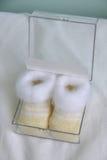 Sapatinhos de lã recém-nascidos do bebê das sapatas Imagens de Stock Royalty Free