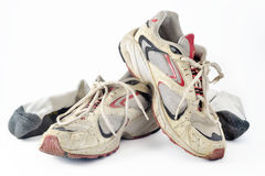 Sapatos de ginástica e peúgas velhos sujos. Imagem de Stock
