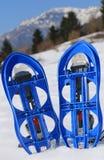 Sapatos de neve azuis na montanha Imagens de Stock