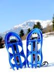 Sapatos de neve azuis na montanha Imagem de Stock Royalty Free