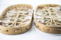 Sapatos de neve de madeira velhos para caminhadas longas imagem de stock