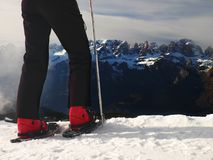 Sapatos de neve pequenos na neve em montanhas, dia de inverno ensolarado muito agradável no pico Imagem de Stock Royalty Free