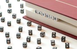 Sapere francese di significato del savoir di parola scritto con le lettere bloccate fra un libro archiva e le lettere di diffusio fotografia stock libera da diritti