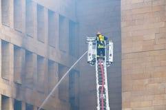 Sapeur-pompier à l'incendie photo stock