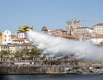 Sapeur-pompier aérien Drops Water sur la rivière de Douro images libres de droits
