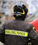 Sapeur-pompier avec le casque de protection et le mot VIGILI DEL FUOCO image stock