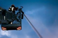 Sapeur-pompier dans l'action photo libre de droits