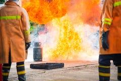 Sapeur-pompier en parc avec le feu Photos stock