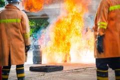 Sapeur-pompier en parc avec le feu Photo libre de droits