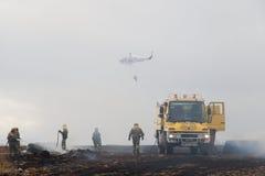 Sapeur-pompier Helicopter Droppin de protection civile de Spainsh BELL-212 image libre de droits