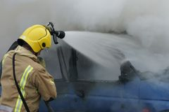 Sapeur-pompier, le feu de voiture image libre de droits