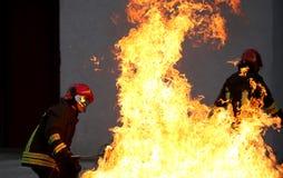 sapeur-pompier pendant un exercice de lutte contre l'incendie photos stock