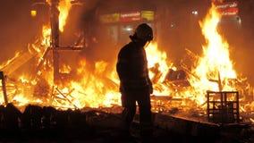 Sapeur-pompier sur la La Crema pendant le Fallas à Valence, Espagne banque de vidéos