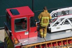 Sapeur-pompier sur le camion aucun visage photo stock