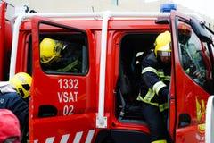Sapeurs-pompiers arrivant sur la scène d'accident de voiture images libres de droits
