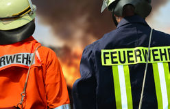 Sapeurs-pompiers au grand feu images stock