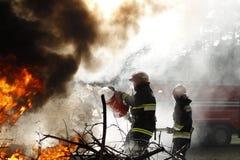 Sapeurs-pompiers au travail dans la fumée images libres de droits