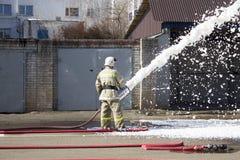 Sapeurs-pompiers au travail image stock