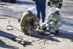 Sapeurs-pompiers au travail photo stock