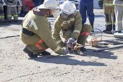 Sapeurs-pompiers au travail photos stock