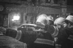 Sapeurs-pompiers au travail s'?teindre l'eau du feu pendant la nuit d'hiver tour de feu, tuyau d'incendie Kiev, le 20 janvier 201 images libres de droits