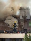 Sapeurs-pompiers au travail sur s'éteindre le feu Image libre de droits