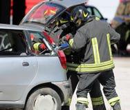 Sapeurs-pompiers avec de grands cisaillements images libres de droits