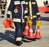 Sapeurs-pompiers avec des cônes du trafic image stock