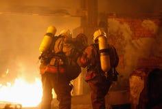 Sapeurs-pompiers avec la victime d'accidents images stock