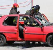 sapeurs-pompiers avec les cisaillements pneumatiques à la délivrance après la route photos stock