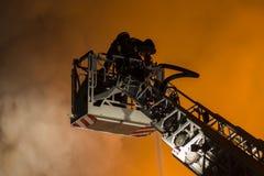Sapeurs-pompiers combattant le feu Image libre de droits