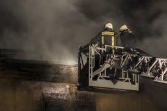 Sapeurs-pompiers combattant le feu Photo stock