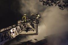 Sapeurs-pompiers combattant le feu Images libres de droits