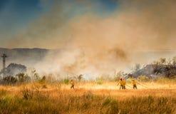 Sapeurs-pompiers combattant le feu photographie stock libre de droits