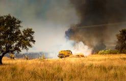 Sapeurs-pompiers combattant le feu image stock
