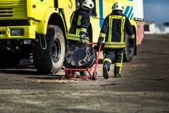 Sapeurs-pompiers combattant le feu pendant la formation photo stock