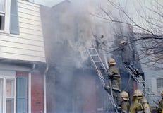 Sapeurs-pompiers combattant un feu à une maison urbaine en Palmer Park, le Maryland photos stock