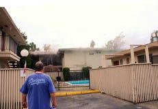 Sapeurs-pompiers coupant par mon toit Images stock