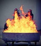 Sapeurs-pompiers courageux pendant l'essai d'un extincteur images stock